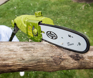 detail of the chain saw in action
